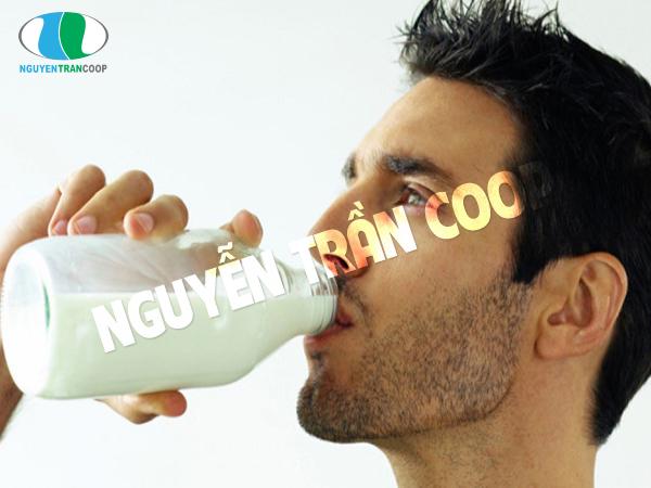Uống sữa sau bữa ăn tối
